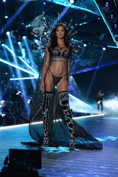 NEW YORK, NEW YORK - NOVEMBER 08: Lais Ribeiro walks the runway during the 2018 Victoria's Secret Fashion Show at Pier 94 on November 08, 2018 in New York City. (Photo by Noam Galai/Getty Images)